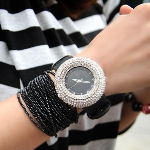 Женские часы со стразами LuxuryStyleОсновным применением наручных часов в наше бурлящее активностью время является